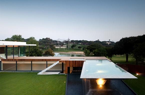 La piscine sur lev e de vasco vieira for Casa cub moderne