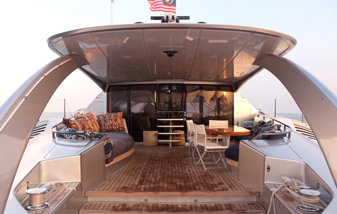 La forme du trimaran permet au yacht de disposer de plusieurs coques ...