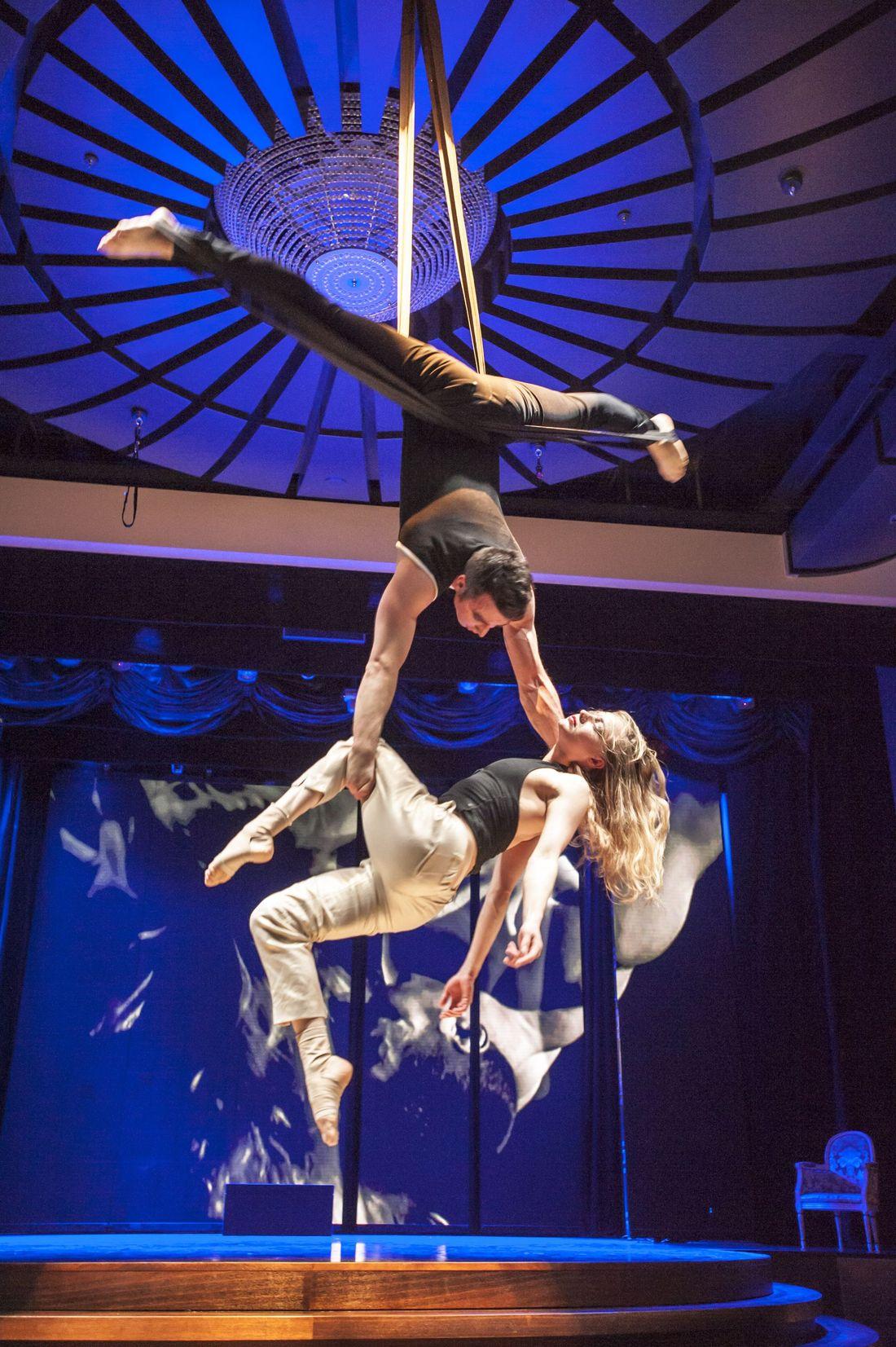 MS Europa 2: Akrobatik-Show.