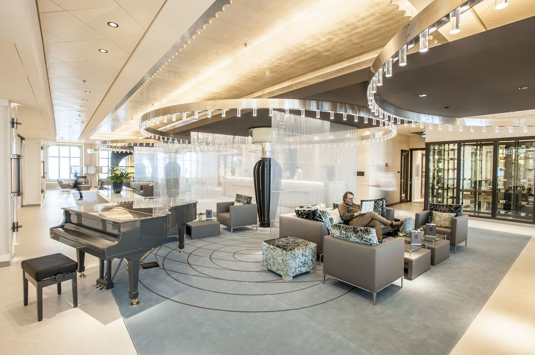 MS Europa 2: Atrium, Reception.