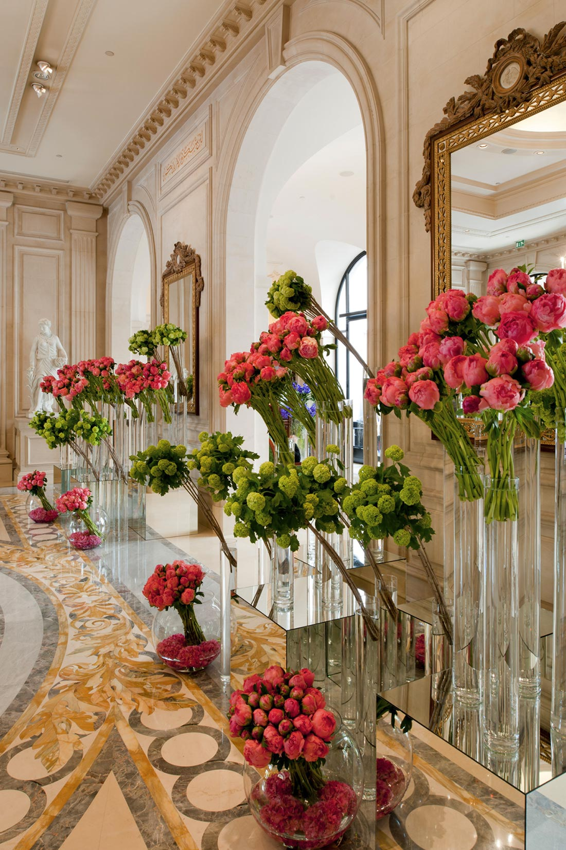 Le four seasons hotel georges v la quintessence du luxe for Decor hotel feira